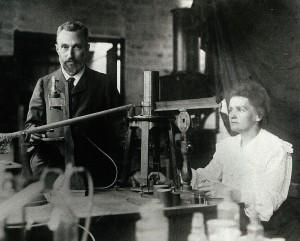 과학자 커플의 대명사인 퀴리 부부. 1906년 피에르가 교통사고로 47세에 사망하면서 마리 퀴리는 힘든 나날을 보냈다.